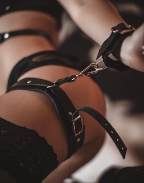Секс онлайн с бондажом или в наручниках