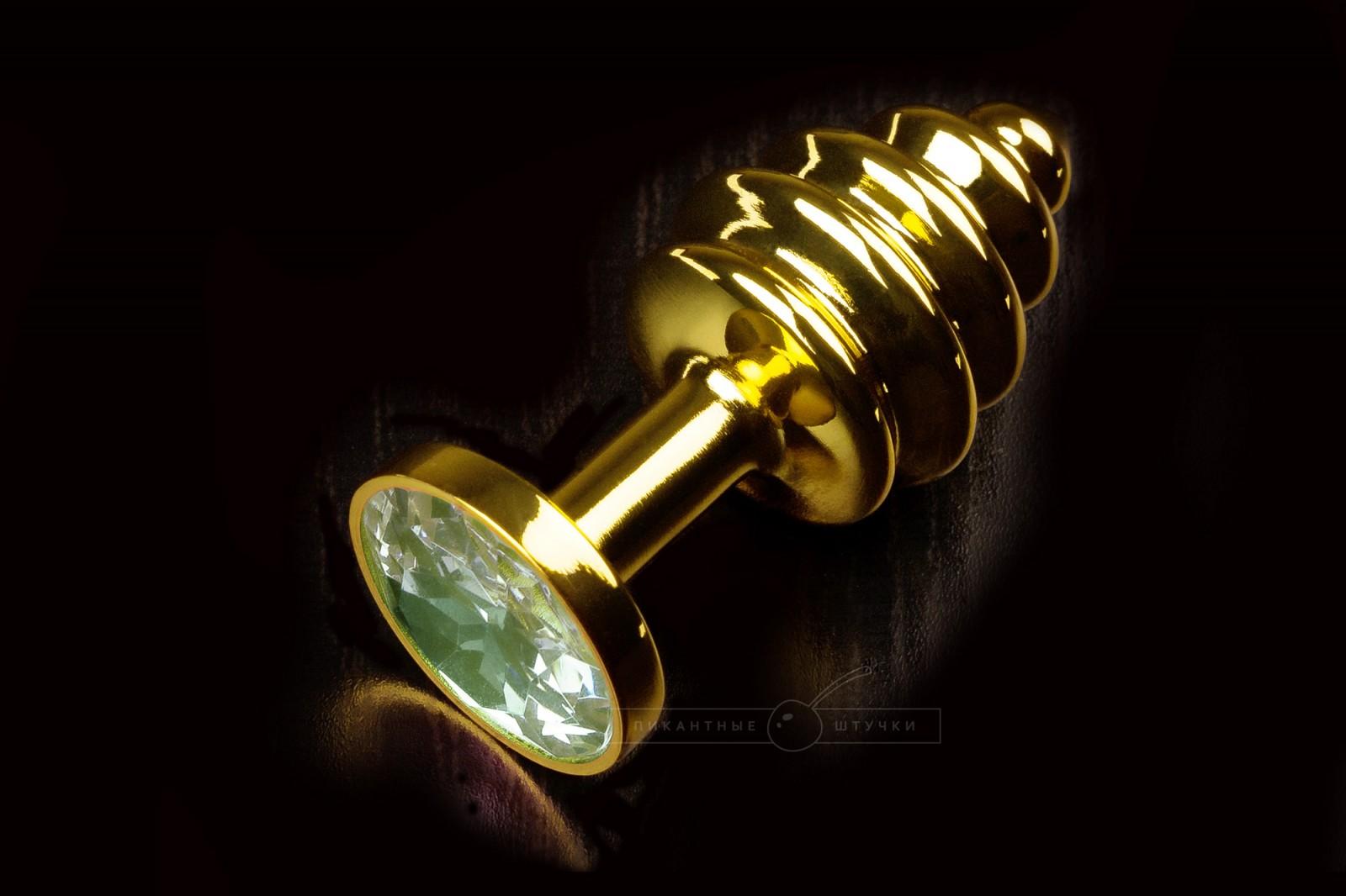Маленькая витая анальная пробка золотистая с кристаллом, зеленым
