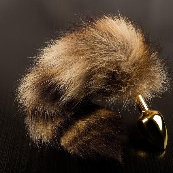 Маленькая золотистая анальная пробка с полосатым хвостом