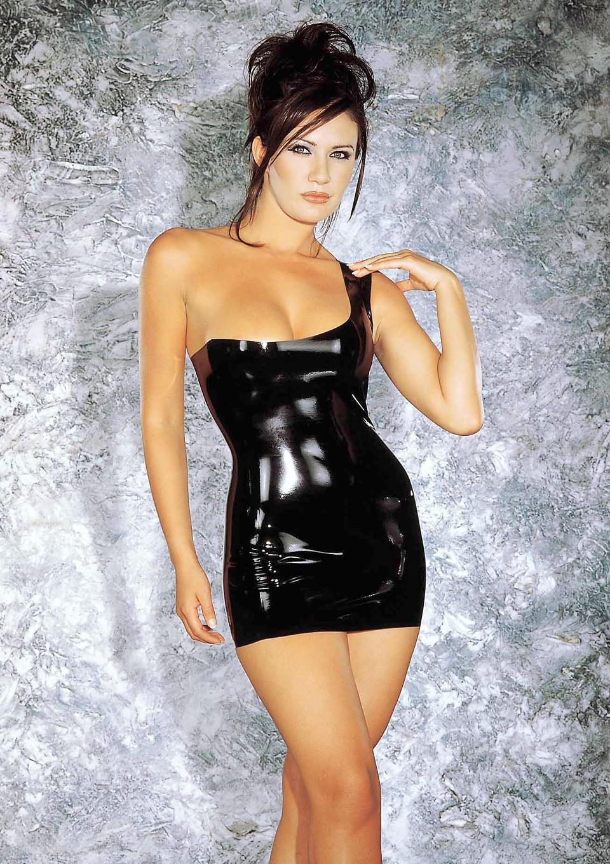 Латексное мини-платье с открытым плечом